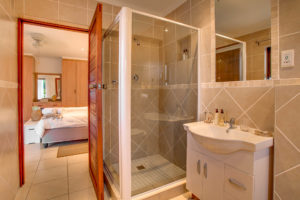 Limoni Self Catering Luxury Suites - Luxury Suite Bathroom